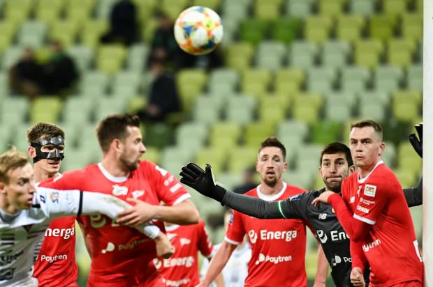 Lechia w ostatnich pięciu meczach ligowych zdobyła zaledwie 2 punkty. Dusan Kuciak (drugi od prawej) uważa, że gra wygląda lepiej niż wyniki i te drugie zaraz przyjdą.