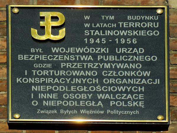 """Pamiątkowa tablica na gmachu przy ul. Okopowej 9. Być może dodanie podobnej tablicy o działalności gestapo sprawiłoby, że napis """"Polizeipräsidium"""" nie miałby wielu przeciwników."""