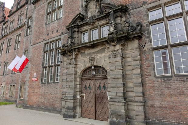 Wejście główne do gmachu gdańskiej delegatury Agencji Bezpieczeństwa Wewnętrznego w Gdańsku.