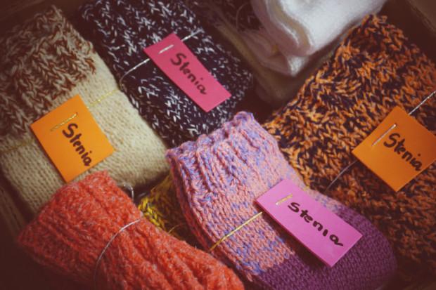 Każda z par skarpetek zrobionych  przez panią Stefanię jest opisana i różni się od reszty.