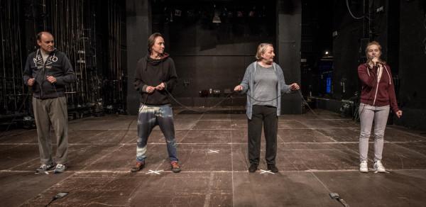 """""""Ewelina płacze"""" to dowcipne, ascetyczne przedstawienie, zbudowane na pomyśle dwuznaczności ról aktorów, grających samych siebie."""