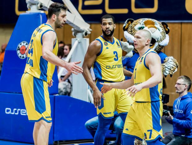 14 asyst Krzysztofa Szubargi (z prawej) to nowy rekord tego sezonu w Energa Basket Lidze. Josh Bostic (w środku) tego dnia zdobył 21 punktów dla Asseco Arki Gdynia.