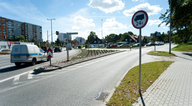 W Gdańsku obowiązuje zakaz poruszania się ciężarówek o masie przekraczającej 24 tony. Cięższe pojazdy mogą poruszać się wyłącznie po drogach przeznaczonych dla tranzytu.