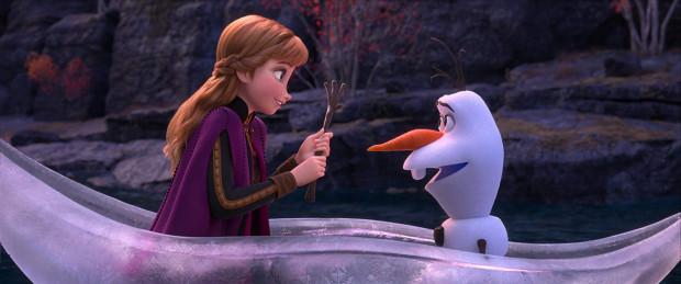 """""""Krainie lodu 2"""" doskwiera dość miałki scenariusz pozbawiony świeżych treści, równie wartościowych co w """"jedynce"""" morałów i... przebojowych piosenek na miarę """"Mam tę moc"""". Bez zarzutu sprawdzają się jednak humor i aspekt przygodowy całej historii."""