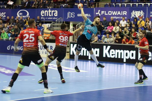 Piłkarze ręczni Torus Wybrzeże Gdańsk wygrali derby Pomorza w PGNiG Superlidze. Rzuca Mateusz Wróbel, a z nr 98 Damian Przytuła, którego po czerwonej kartce wyraźnie brakowało w ostatnim kwadransie w defensywie MMTS Kwidzyn.