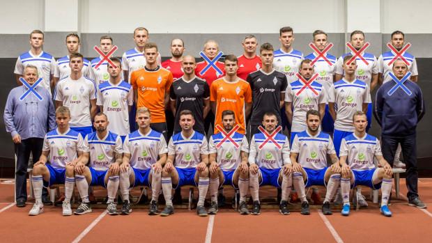 Po prezesie, członku zarządu i trenerze (na zdjęciu oznaczeni na niebiesko) przyszedł w Bałtyku Gdynia także czas na rozstania z piłkarzami. Od razu skreślono siedmiu (czerwone oznaczenie).