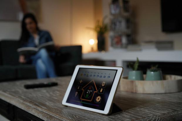 """""""Panele automatyki to tablety umiejscowione na ścianie holu lub w strefie dziennej, które są efektownie wykonane w ramkach zintegrowanych z bezprzewodową ładowarką. Dzięki takiemu rozwiązaniu klient może zdjąć tablet i trzymać go pod ręką, np. na stoliku przy sofie."""