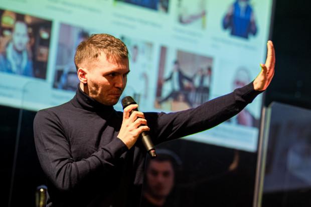 """Dominik Rybiałek - jego barwy głosu i mocy pozazdrościć mogliby mu liczni piosenkarze. """"Pora umarłych poetów""""."""