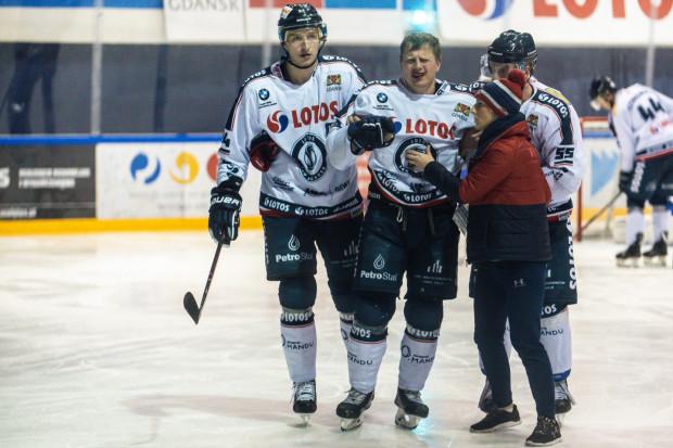 Josef Vitek opuścił w niedzielę opuścił taflę zamroczony po tym, jak został celowo uderzony w głowę przez bramkarza Unii Oświęcim. Czeski napastnik ma pojechać z drużyną do Sosnowca, ale gdańszczanie i tak mają problemy kadrowe.