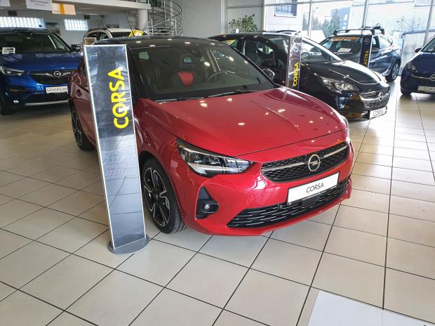 """Nowa Corsa zaparkowała w salonie Opel Konocar, który niedawno został wyróżniony tytułem """"Bardzo dobry salon 2019""""."""