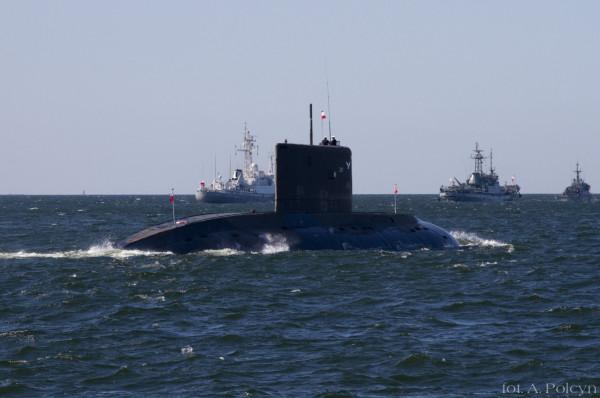 Okręt podwodny ORP Orzeł w otoczeniu innych polskich jednostek.