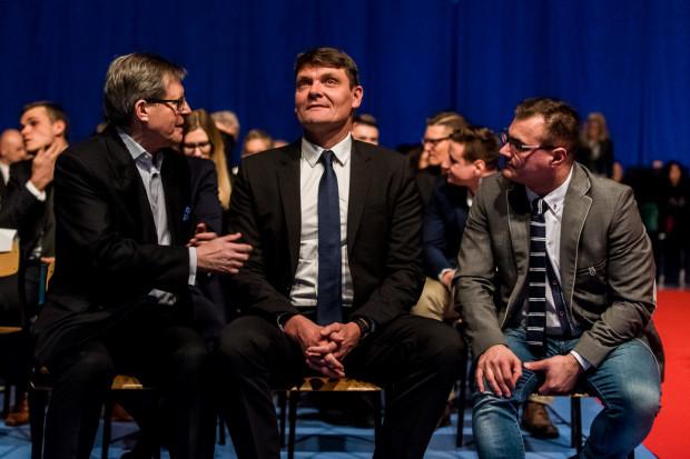 Adam Korol (w środku) w 2015 roku pełnił funkcję ministra sportu i turystyki. Teraz wioślarski mistrz będzie zarządzał sportem w gdańskim magistracie.