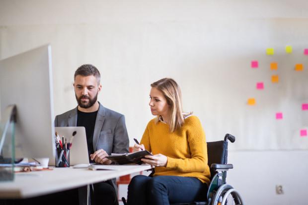 Coraz częściej zarówno przedsiębiorstwa, jak i publiczne instytucje podkreślają, że osoby niepełnoprawne to pełnowartościowi i cenieni pracownicy.