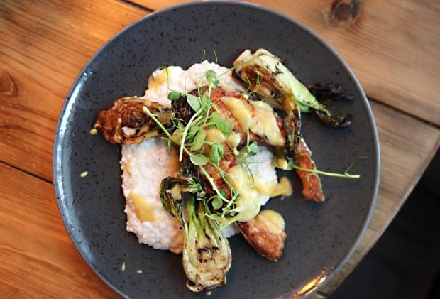 Stek z łososia na kokosowym risotto z grillowaną kapustą pak choi