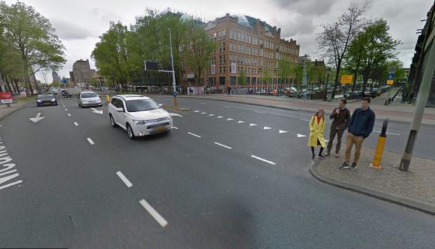 Szeroka, dwujezdniowa ulica Weesperstraat biegnąca przez centrum Amsterdamu. Przejścia dla pieszych są tu tylko na największych skrzyżowaniach, ale piesi mogą ją pokonywać w dowolnym miejscu. Na całej długości ulicy, pośrodku, wybudowano dla nich azyl.