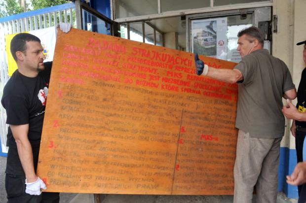 Dyrekcja Narodowego Muzeum Morskiego chce, by ECS oddał oryginalne tablice z postulatami. W zamian placówce proponowana jest ich bardzo dobra kopia.