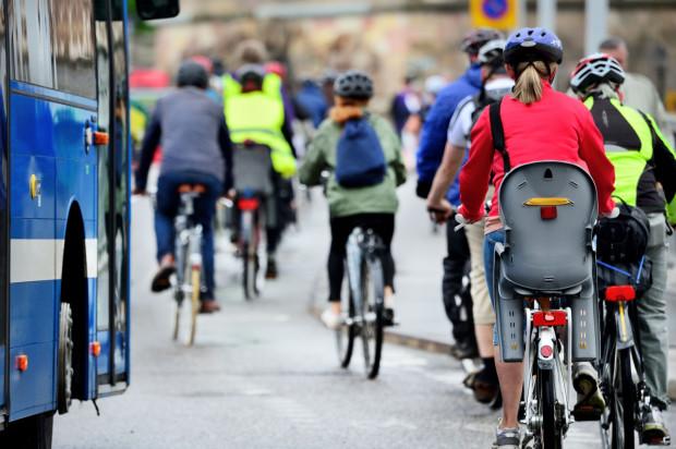 Kiedy tylko się da, zastąp samochód komunikacją miejską lub rowerem, i tam, gdzie to możliwe, postaraj się dotrzeć pieszo.