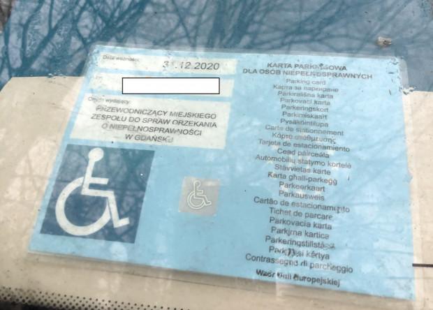 Karta upoważniająca do parkowania na miejscu dla niepełnosprawnych jest ważna do grudnia 2020 r. właściciel nie chciał jej jednak okazać straży miejskiej.