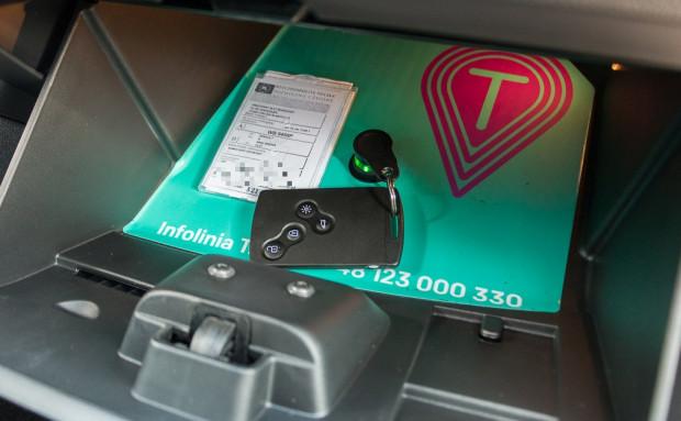 Klucz-pilot w autach Traficar to rozwiązanie niemal niezawodne w porównaniu do otwierania i zamykania drzwi przez aplikację na telefon u konkurentów.