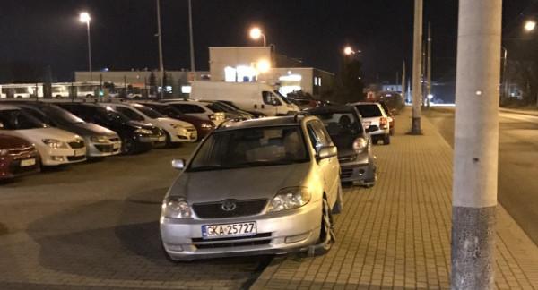 W weekend po naszej rozmowie ze strażnikami na kołach samochodów parkujących na chodniku pojawiły się blokady.