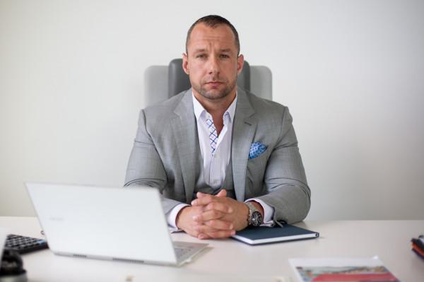 Michał Nowak to ekspert w dziedzinie budownictwa, nieruchomości oraz finansów. Solidną edukację i jednocześnie doświadczenie zawodowe zdobył w Londynie, studiując na kierunku business and managment prowadzonym przez University of Westminster.