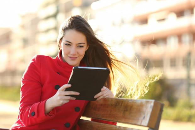 Czytanie na czytniku lub tablecie ma swoje dobre strony, zwłaszcza w podróży. W jednym urządzeniu zmieści się wiele dzieł, których nie musimy dźwigać.