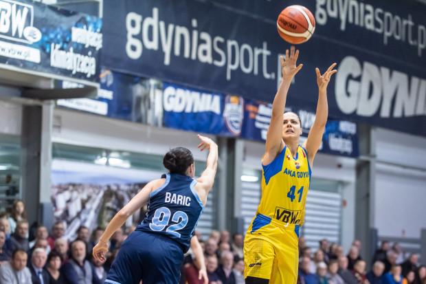 """Barbora Balintova (z prawej) daga sygnał do ataku na początku czwartek kwarty. To m.in. po jej """"trójkach"""", Arka wróciła na prowadzenie. W dogrywce lepsze okazały się jednak koszykarki Dynamo Kursk."""