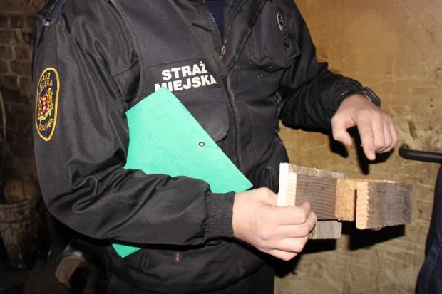 Podczas kontroli okazało się, że sprawdzany mieszkaniec pali w piecu drewnem, które się do tego nie nadaje