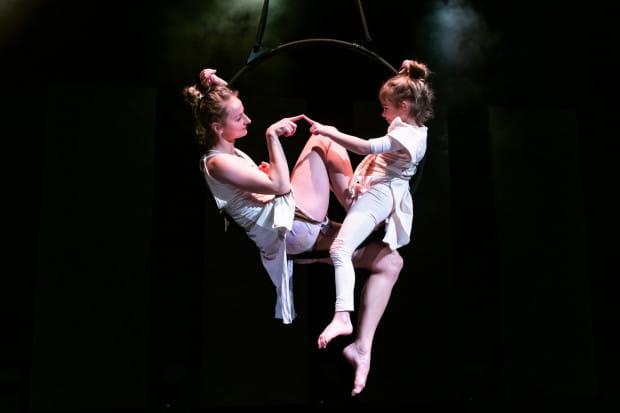 Ujmują sceny rodzinne z udziałem najmłodszej adeptki sztuki akrobatycznej, kilkuletniej Joasi Wianeckiej (na zdjęciu wspólnie z Agatą Karwat).