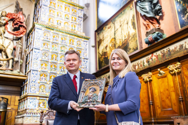 Dorota Karnkowska przekazuje zabytkowy kafel z Wielkiego Pieca w Dworze Artusa dyrektorowi Muzeum Gdańska prof. Waldemarowi Ossowskiemu.