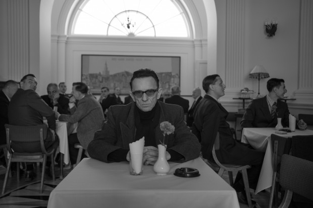 Film Marcina Krzyształowicza to przede wszystkim wielki aktorski powrót Pawła Wilczaka, który w roli cynicznego i zdystansowanego T. robi piorunujące wrażenie.