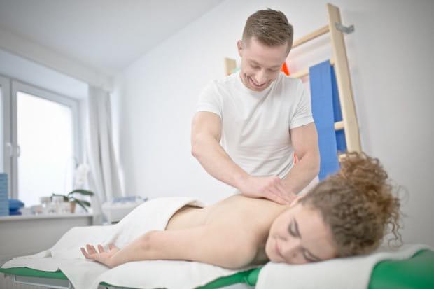 Na kierunku technik masażysta z elementami fizjoterapii zdobędziesz umiejętności m.in. z zakresu masażu leczniczego, sportowego, kosmetycznego.