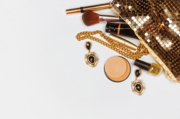 Spośród kosmetyków warto wziąć ze sobą te, które pomogą błyskawicznie odświeżyć lub naprawić makijaż.
