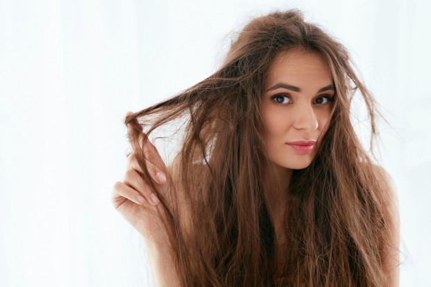 Puszące się włosy to problem, który często determinowany jest przez specyficzną budowę włosa.