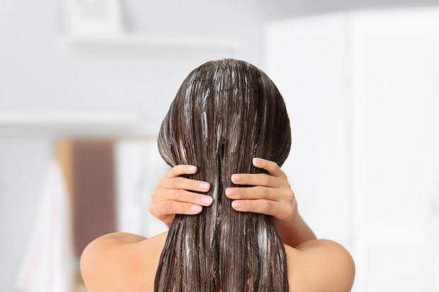 Aby rozwiązać problem puszących się włosów, kluczowa jest odpowiednia pielęgnacja.