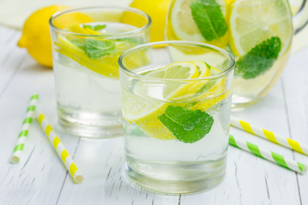 Woda w walce z cellulitem jest nieoceniona, ponieważ znacząco wpływa na metabolizm oraz ukrwienie skóry. Ta z dodatkiem cytryny dodatkowo zmniejsza apetyt na przekąski.