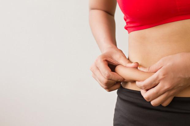 Jak sprawdzić, na ile zaawansowany jest nasz problem z cellulitem?  Aby go określić, wystarczy ścisnąć dwoma palcami płat skóry na brzuchu lub na górnej części ud.
