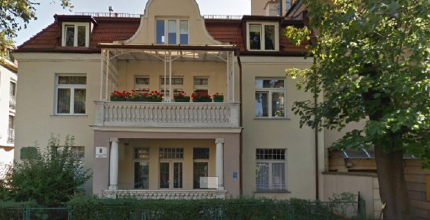 Budynek przy ul. Haffnera 8 w Sopocie (wcześniej Batorego oraz Bieruta). To tu mieszkał podczas swojego pobytu na Wybrzeżu Zbigniew Herbert.