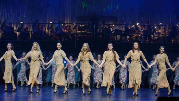 """Nad sceną umieszczono tym razem Orkiestrę Teatru Muzycznego w Gdyni. Na zdjęciu podczas """"Wala-Twist"""" Filipinek w wykonaniu zespołu żeńskiego."""