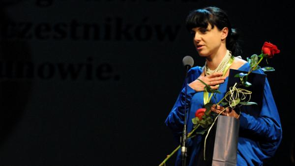 """Za reportaż """"Nieidealna piosenka"""" Anna Dudzińska otrzymała wiele nagród, m.in. Grand Press i Grand PiK. Będzie można go posłuchać w tymczasowej siedzibie Art Inkubatora w Sopocie i porozmawiać o nim z autorką (na zdjęciu)."""