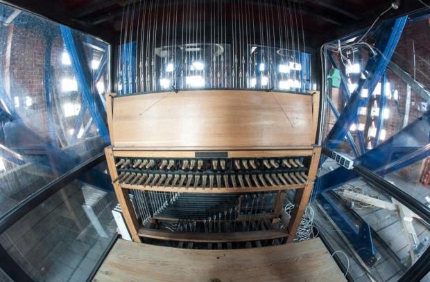 Gdańsk jest jedynym miejscem w Polsce, w którym znajdują się carillony koncertowe, czyli instrumenty złożone z co najmniej 23 dzwonów wieżowych. Wędrując po mieście można posłuchać ich brzmienia w kościele św. Katarzyny czy stojąc pod Ratuszem Głównego Miasta.