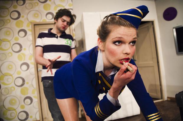 """Szalony """"Boeing, Boeing"""" Teatru Nowego w Słupsku opisuje losy Maksa, który świetnie radzi sobie z trzema narzeczonymi-stewardessami, dopóki grafik ich lotów się nie pokryje. Spektakl zagrany zostanie 7 lutego na Scenie Teatralnej NOT."""