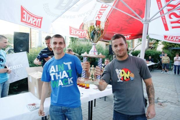 Piłkarze drużyny Poręba-Zmarnowane Talenty prezentują puchar zwycięzców.