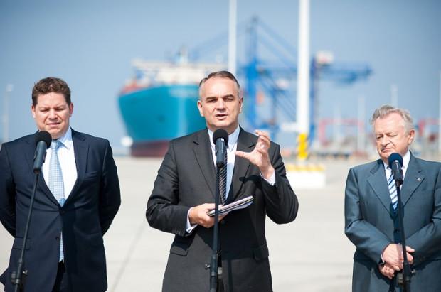 - Tu jest wielki potencjał - powiedział Waldemar Pawlak o DCT. O tym z pewnością też jest przekonany Boris Wenzel (pierwszy z lewej), prezes terminalu oraz Jan Zarębski.