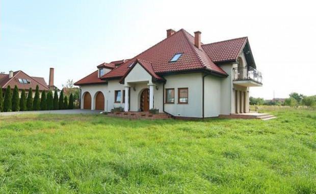 Dom na sprzedaż na Olszynce. Eksperci podkreślają, że ofert sprzedaży domów wolnostojących jest w tej chwili mniej niż domów szeregowych czy bliźniaków.