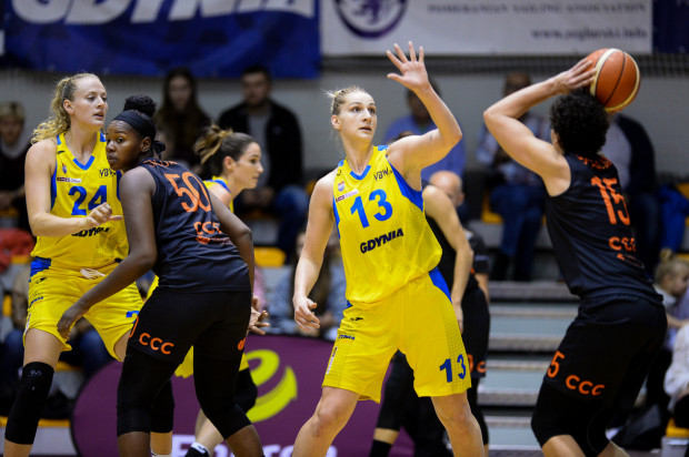 Maryja Papowa (nr 13) zaliczyła double-double przeciwko mistrzyniom Polski. Koszykarka z Białorusi zdobyła 20 punktów i zanotowała 12 zbiórek.