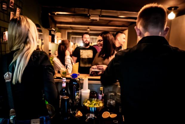 W większości pubów opłatę za rezerwację stolika można w całości wykorzystać na zamówienia z baru.