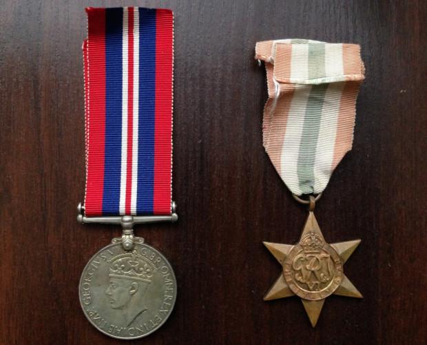 Brytyjskie odznaczenia Jana Rohdego. Po lewej The War Medal 1939-1945, a po prawej Italy Star.