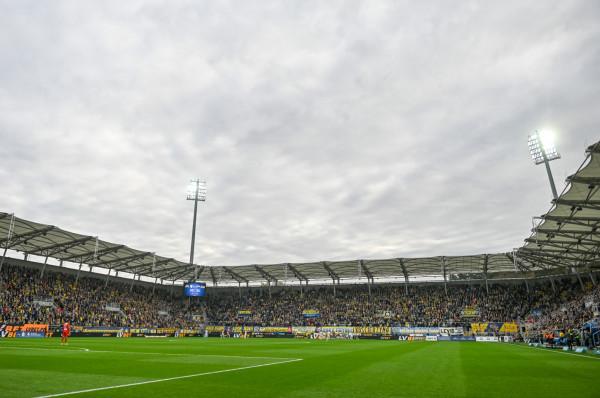 Nim piłkarze Arki Gdynia wrócą do gry w ekstraklasie, klub musi jak najszybciej uporać się z bałaganem organizacyjno-finansowym.