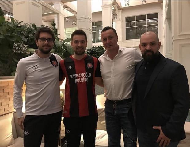 Artur Sobiech ogłosił, że podpisał 1,5-roczny kontrakt w Turcji, a post ozdobił zdjęciem w koszulce nowego klubu.